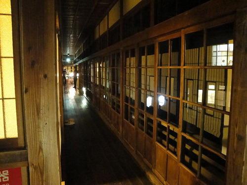 夜の旧館廊下.jpg