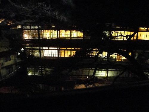部屋から旧館夜.jpg